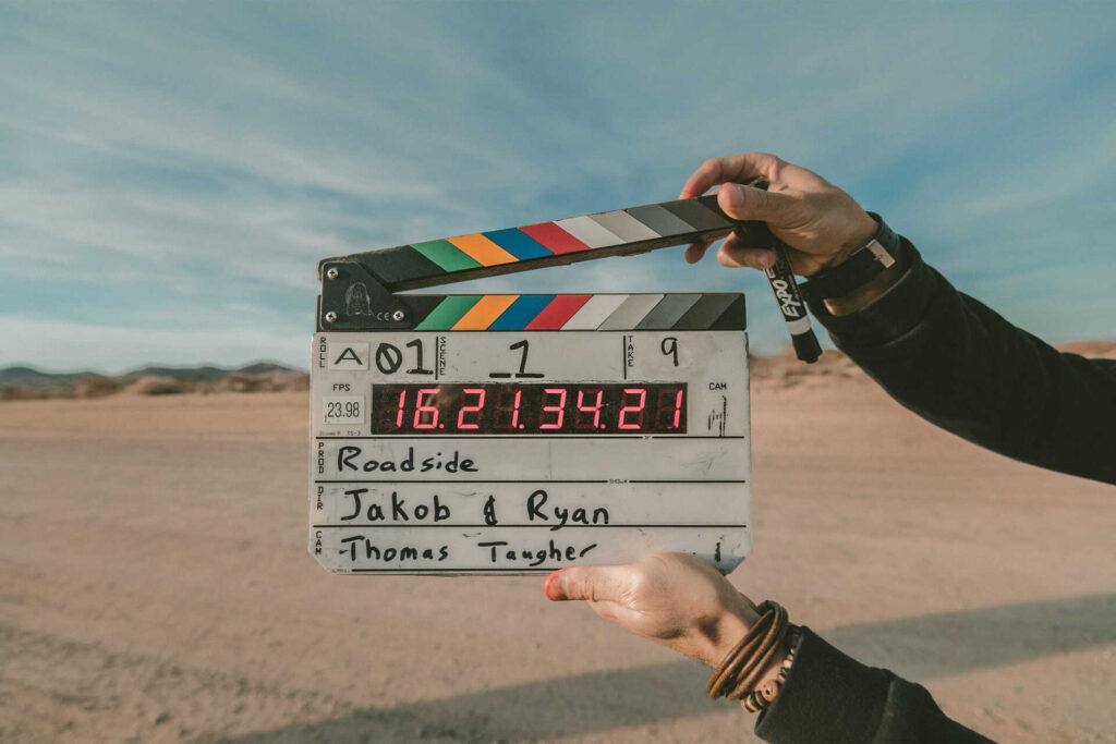 Director de cine a punto de dar inicio a una toma