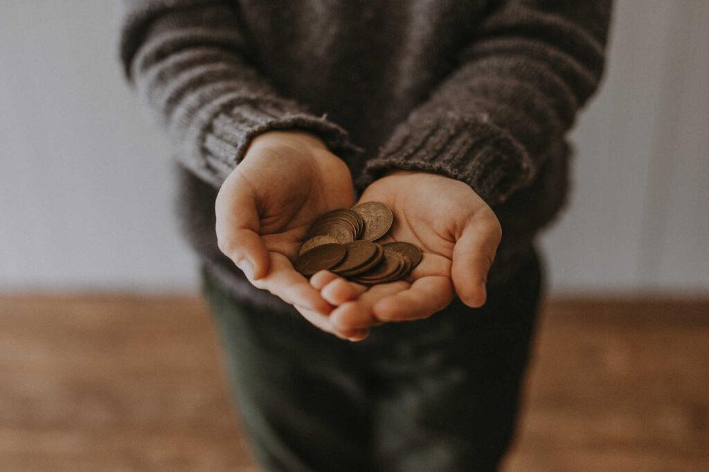 Persona con dinero en la mano