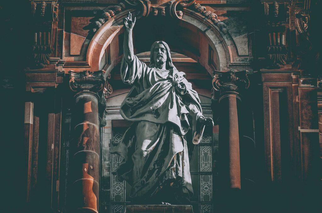 Escultura de un apóstol levantando su mano derecha