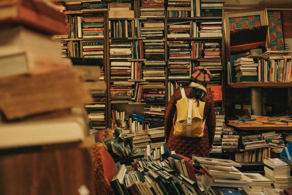 Mujer observando una estanteria de libros