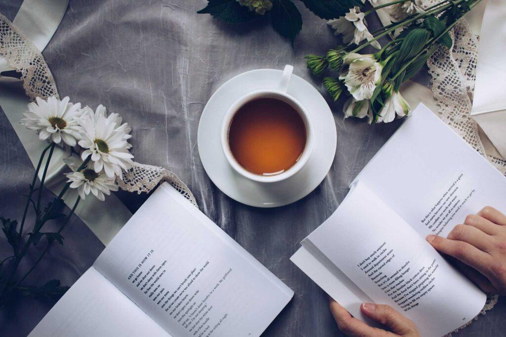 Dos libros junto a una taza de té